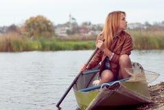 Jonge vrouw op een boot Royalty-vrije Stock Afbeeldingen
