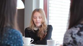 Jonge vrouw op een commerciële vergadering om met klanten te communiceren stock footage
