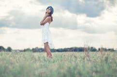 Jonge vrouw op een de zomergebied Stock Afbeelding