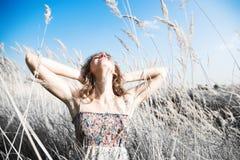 Jonge vrouw op een de zomergebied Royalty-vrije Stock Afbeeldingen