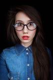 Jonge vrouw op een donkere achtergrond Royalty-vrije Stock Afbeelding