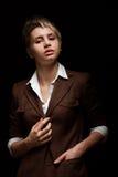 Jonge vrouw op een donkere achtergrond Royalty-vrije Stock Afbeeldingen