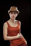 Jonge vrouw op een donkere achtergrond Royalty-vrije Stock Foto