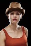 Jonge vrouw op een donkere achtergrond Royalty-vrije Stock Fotografie