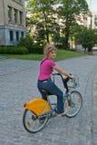 Jonge vrouw op een fiets Stock Foto's