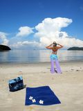 Jonge vrouw op een strand Royalty-vrije Stock Fotografie