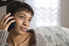 Jonge Vrouw op een Telefoon van de Cel Royalty-vrije Stock Foto's