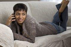 Jonge Vrouw op een Telefoon van de Cel Stock Foto