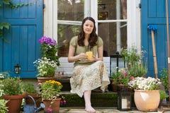 Jonge vrouw op een terras Royalty-vrije Stock Afbeeldingen