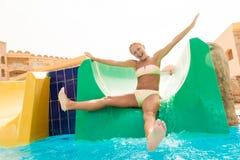Jonge vrouw op een waterslide Royalty-vrije Stock Afbeelding