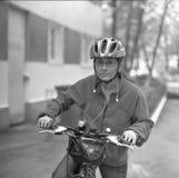 Jonge vrouw op fiets Stock Afbeelding