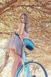 Jonge vrouw op fiets Royalty-vrije Stock Afbeeldingen