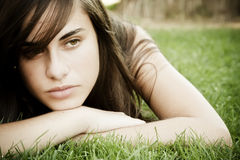 Jonge vrouw op gras royalty-vrije stock foto