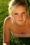 Jonge vrouw op gras Stock Foto's