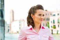 Jonge vrouw op groot kanaal in Venetië, Italië stock afbeeldingen