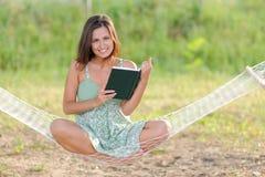 Jonge vrouw op hangmat Royalty-vrije Stock Foto