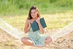 Jonge vrouw op hangmat Royalty-vrije Stock Afbeelding