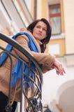 Jonge vrouw op het balkon Stock Foto