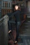 Jonge vrouw op het dak van het huis Royalty-vrije Stock Afbeelding