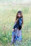 Jonge vrouw op het gras Royalty-vrije Stock Afbeelding