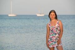 Jonge vrouw op het overzees Stock Foto