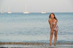 Jonge vrouw op het overzees Stock Afbeeldingen