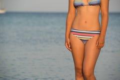 Jonge vrouw op het overzees stock afbeelding