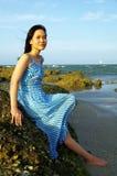 Jonge vrouw op het strand Stock Foto