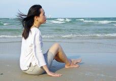 Jonge vrouw op het strand Royalty-vrije Stock Afbeeldingen