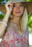 Jonge vrouw op het strand Royalty-vrije Stock Afbeelding