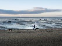 Jonge vrouw op het strand Royalty-vrije Stock Fotografie