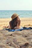 Jonge Vrouw op het Strand die Straw Hat dragen Stock Foto's