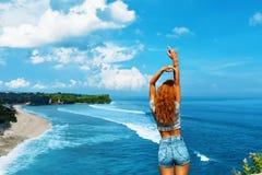 Jonge Vrouw op het Strand van Formentera Eiland Het gelukkige Vrije Vrouw Ontspannen door Overzees Het concept van de vrijheid stock fotografie