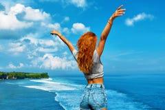 Jonge Vrouw op het Strand van Formentera Eiland Het gelukkige Vrije Vrouw Ontspannen door Overzees Het concept van de vrijheid stock afbeeldingen