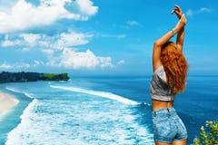 Jonge Vrouw op het Strand van Formentera Eiland Het gelukkige Vrije Vrouw Ontspannen door Overzees Het concept van de vrijheid royalty-vrije stock afbeelding
