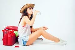 Jonge Vrouw op het Strand van Formentera Eiland Vrouw met grote bagage Royalty-vrije Stock Fotografie