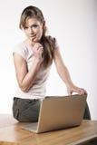 Jonge vrouw op het werk Stock Foto's