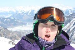 Jonge vrouw op Kaprun, het ski?en toevlucht in Oostenrijk Stock Afbeelding