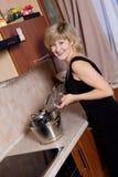 Jonge vrouw op keuken Stock Afbeeldingen