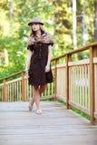 Jonge vrouw op kleine houten brug Stock Afbeeldingen