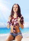 Jonge vrouw op kust Stock Fotografie