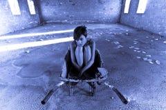 Jonge vrouw op lege vloer royalty-vrije stock afbeelding