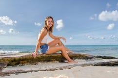 Jonge vrouw op logboek Stock Foto's