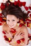 Jonge vrouw op massagelijst in beauty spa. Royalty-vrije Stock Afbeeldingen