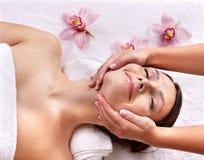Jonge vrouw op massagelijst in beauty spa. Stock Afbeelding