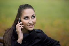 Jonge vrouw op mobiel Stock Foto's