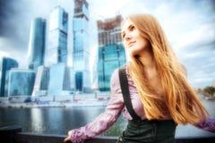 Jonge vrouw op moderne stadsachtergrond Stock Foto's