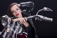 Jonge vrouw op motorfiets stock afbeeldingen