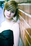 Jonge vrouw op muur Stock Foto's