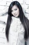 Jonge vrouw op muurachtergrond Royalty-vrije Stock Foto's